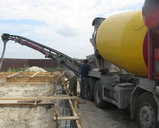 Аренда автобетоносмесителя КАМАЗ с транспортерной лентой 17 метров